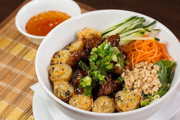 Espaguete de arroz com carne de porco assado, rolinho de primavera, salada e verdura. Acompanha molho especial de peixe temperado.