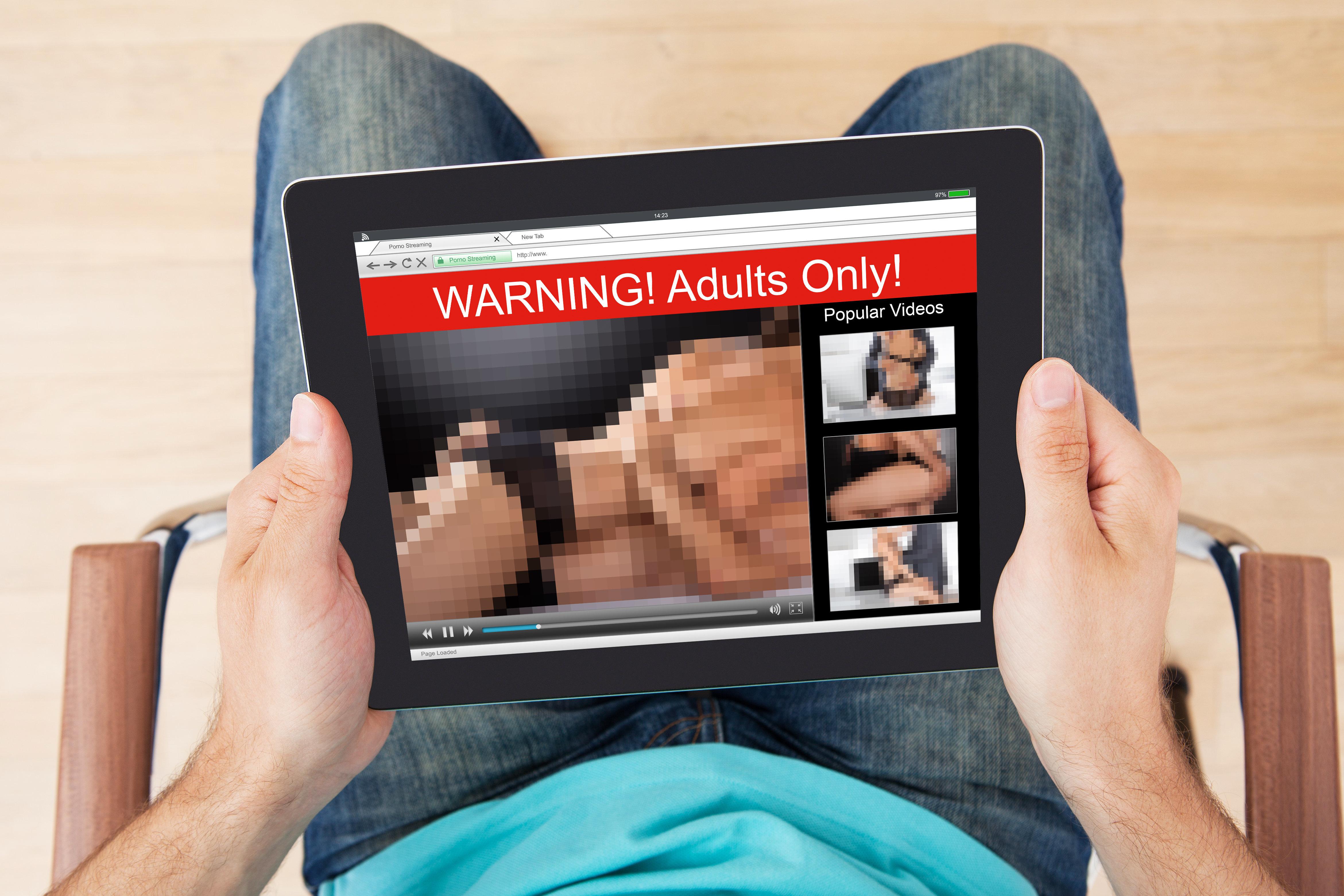 Ασυνήθιστη διαδήλωση: Η Βρετανία λογοκρίνει τις βιτσιόζικες ταινίες πορνό [εικόνες] | iefimerida.