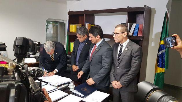 Senadores recolhem apoio para pedido de impeachment dos ministros Dias Toffoli e Alexandre de Moraes...