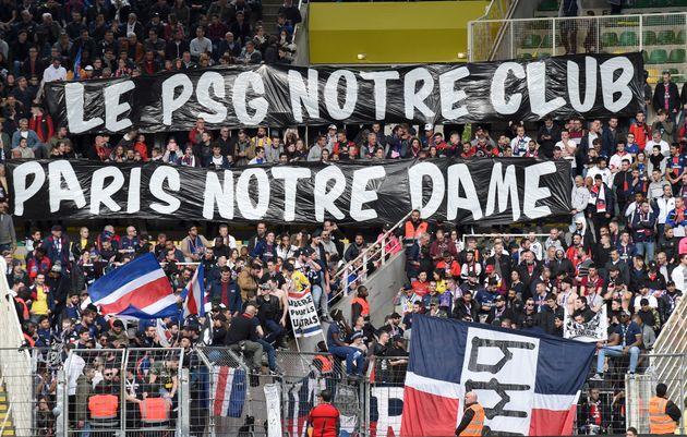Les supporters parisiens et leur pancarte en hommage à Notre-Dame, au stade de La Beaujoire à...