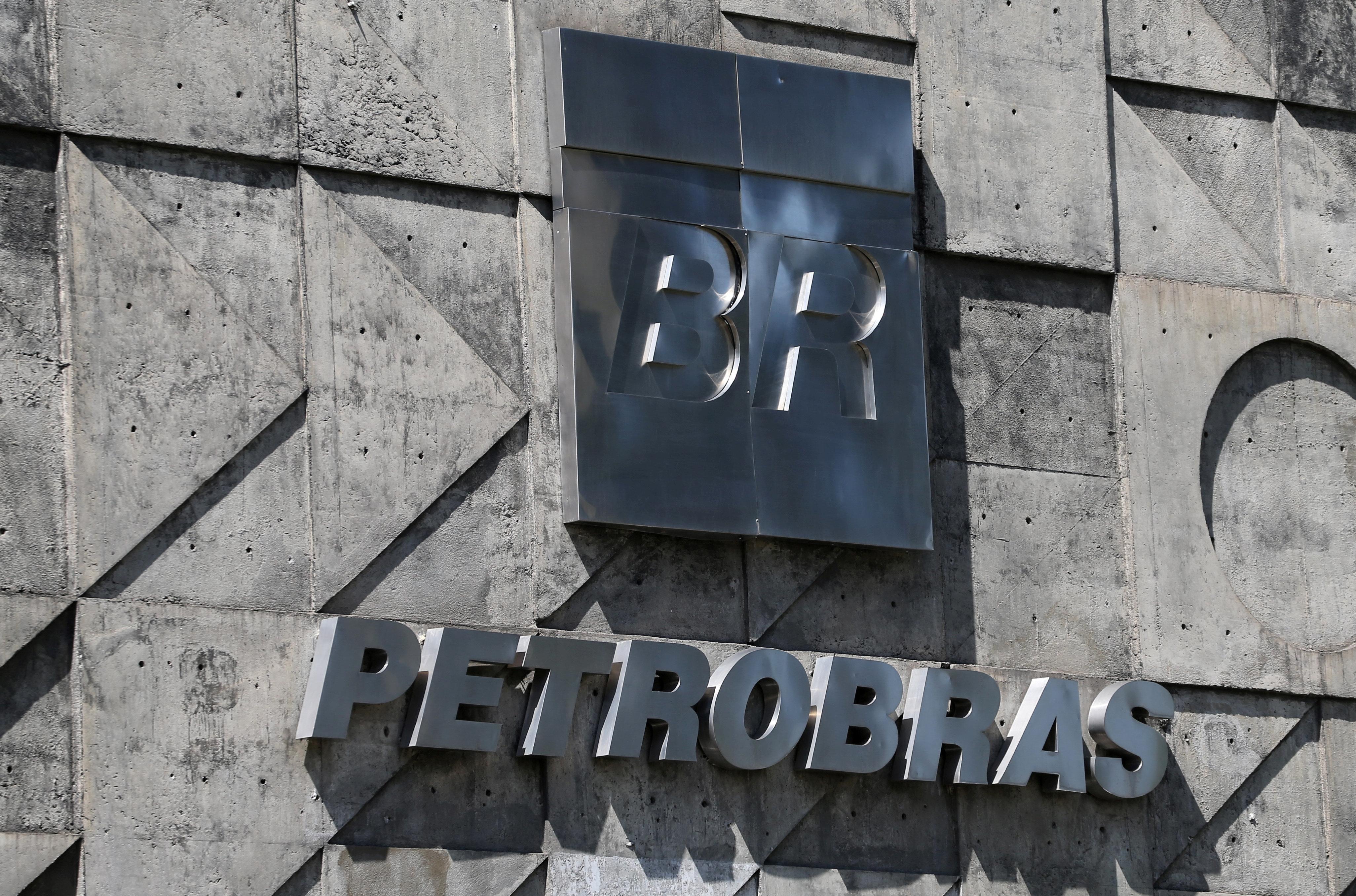 Após ser freada por Bolsonaro, Petrobras anuncia aumento no litro do
