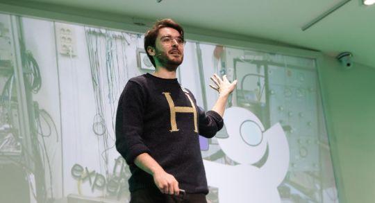 El youtuber de divulgación científica José Luis Crespo (Quantum Fracture) muestra...