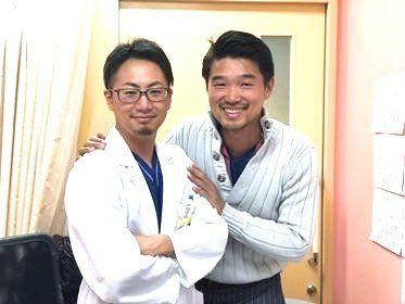 豪田さん(右)とストーリー誕生のきっかけとなった男性医師