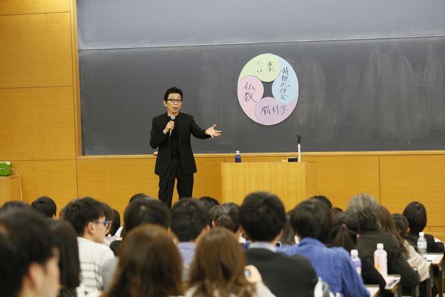 フリーアナウンサーの古舘伊知郎氏の授業は、大教室が埋まるほどの人気だった=2019年4月16日撮影(提供:立教大学)