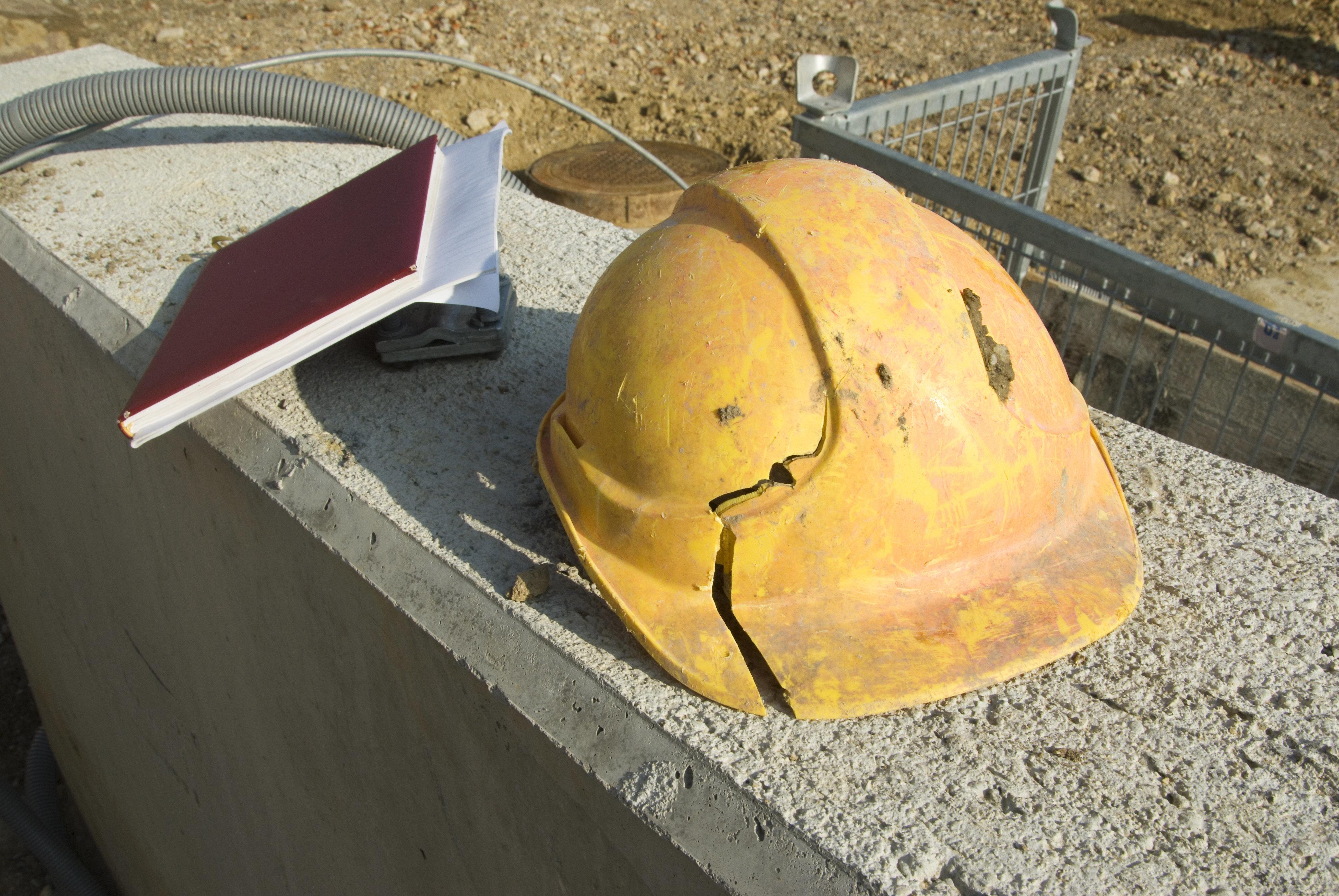 ペラペラすぎる作業員のヘルメット、偉い人のヘルメットにぶつけてみたら粉々に...ネットで批判集まる