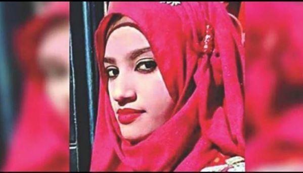 Κατήγγειλε ότι την παρενόχλησε σεξουαλικά ο διευθυντής του σχολείου της και την έκαψαν