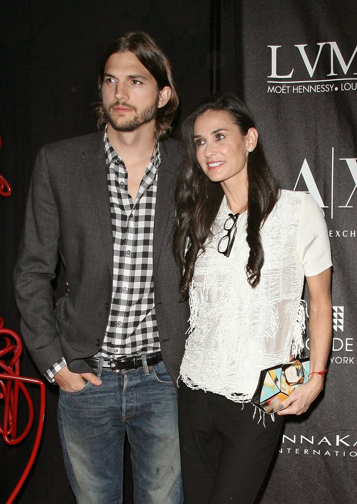 Με τον νεότερο της Άστον Κούτσερ -τον οποίον επίσης παντρεύτηκε- ήταν μαζί από το 2005 έως το 2013.