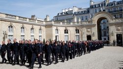 Macron reçoit 250 pompiers à l'Élysée: