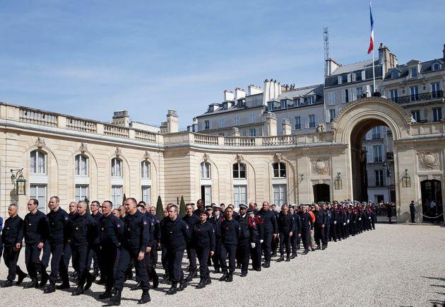 Les pompiers de Paris reçus par Emmanuel Macron à l'Élysée le 18 avril