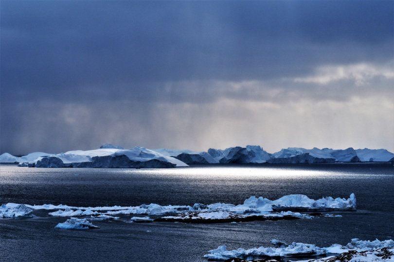Η δυτική ακτή της Γροιλανδίας όπως φαίνεται απο τον κόλπο του Ilulussat