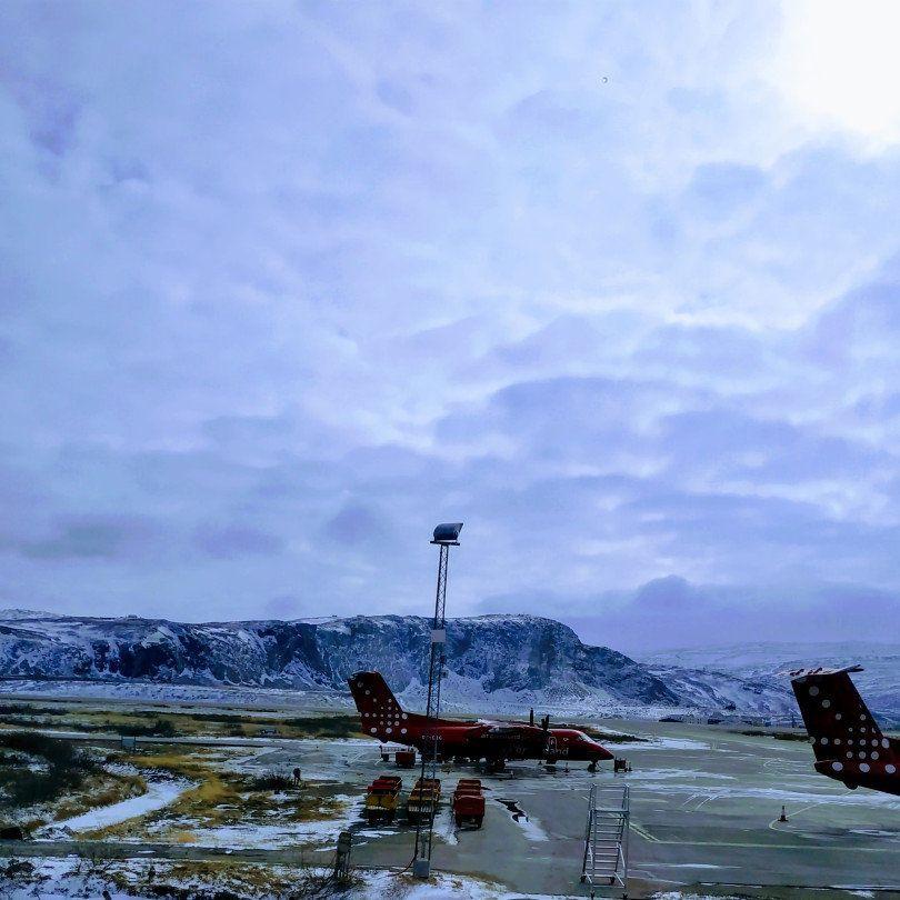 Το αεροδρόμιο του Kangerlussuaq είναι πρώτη εικόνα που αντικρίζει ο ταξιδιώτης. Δαθετει τον μοναδικό μεγάλο (3000 μ) διάδρομο προσγειωσης και απογείωσης στη χώρα και γι αυτό οι διεθνείς πτήσεις (Κοπεγχάγη και Ρευκιεβικ) προσγειώνονται εκεί και όχι στην πρωτεύουσα Νουκ