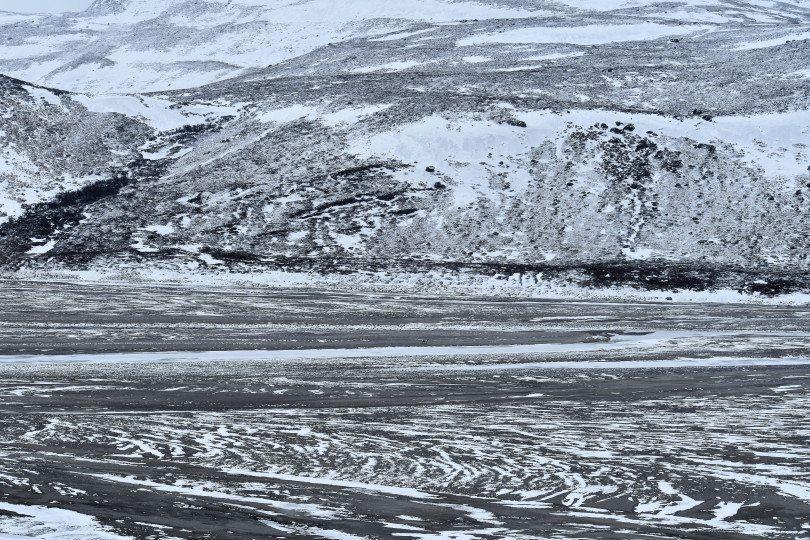 Ο δρόμος προς τον Παγετώνα, διασχίζει χιλιόμετρα παγωμένης γης όπου οι συνθήκες είναι παρόμοιες με εκείνες που συναντάμε στην Αρκτική Έρημο