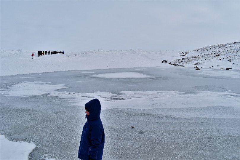 Φτάνοντας στην αρχή του παγετώνα σε περιμένουν εκατοντάδες χιλιόμετρα πάγου που καλύπτουν το 80% της Γροιλανδίας. Εδω ο αέρας είναι παγωμένος αλλά στεγνός κάνοντας την ανάβαση σχετικά πιο εύκολη