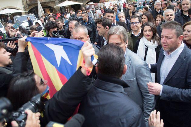 Inés Arrimadas, ante los independentistas que han saboteado el acto en