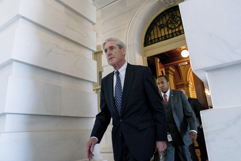 ARCHIVO - En esta fotografía de archivo del 21 de junio de 2017, Robert Mueller, exdirector del FBI y fiscal especial que investiga la interferencia de Rusia en las elecciones de 2016, sale del Capitolio tras una reunión a puertas cerradas en Washington. (AP Foto/Andrew Harnik, Archivo)