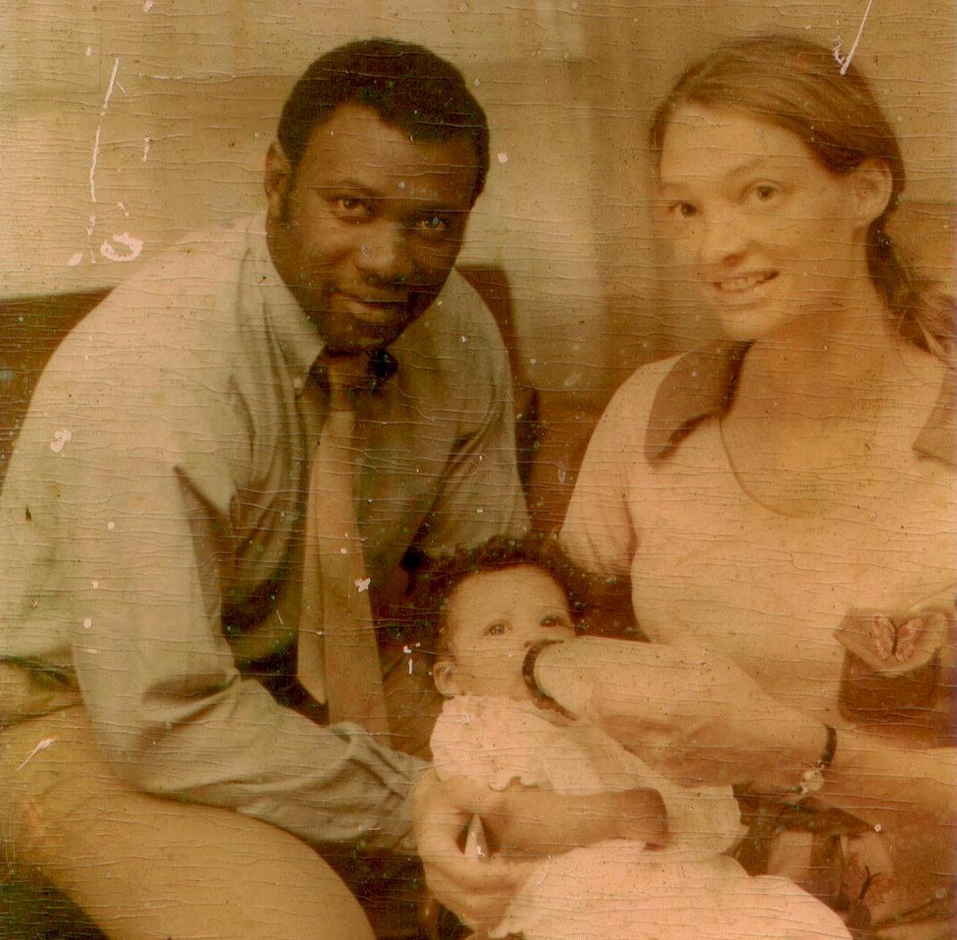 Kim Etheredge quando bebê, com seus