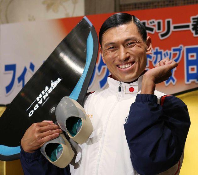 お笑いコンビ「オードリー」の春日俊彰さんが、イタリアのラベンナで来月開催されるフィンスイミングワールドカップマスターズ大会の日本代表に決定。「最高でも金、最低でも金」と意気込みを語った=7日、東京都