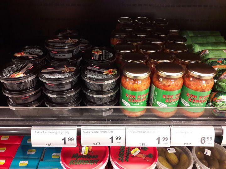 슈퍼에서 마주친 김치. 유리병에 든 김치는 영국에서 생산된 제품이고 제일 왼쪽의 작은 검은 통은 스웨덴에서 생산된 피르카(Pirkka) 제품이다. 김치, 치미추리, 모조 로조 등이 같은 포장인 것으로 미루어 김치가 소스로 해석된 것 같다. 피르카(Pirkka) 김치는 맛이 달고 양배추로 만들어졌고 잘게 썰어져 있지만 먹을만하다는 한국 사람의 평을 인터넷에서 보았다.