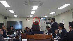 아산시의원이 동료 의원에게 회의 중 물컵을
