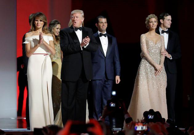 Donald Trump, en un acto de gala en enero de 2017 junto a su esposa Melania, sus hijos Donald Jr. e Ivanka...
