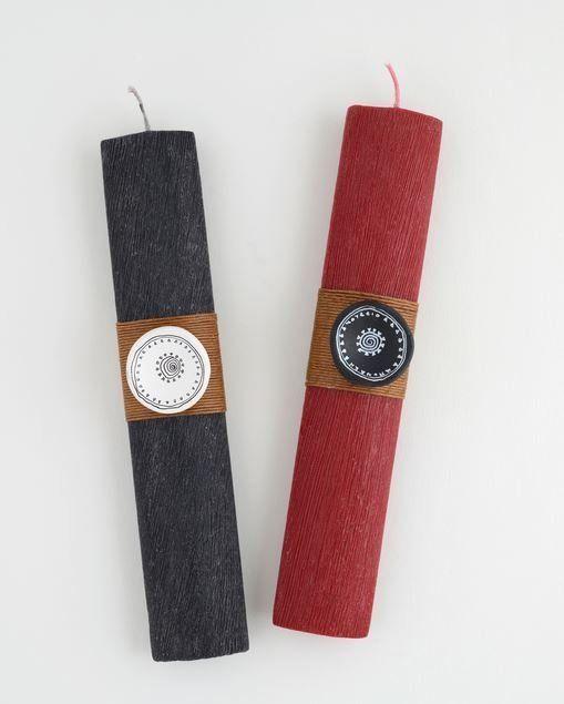 Λαμπάδα - Πρωτοκυκλαδικό σκεύος. Δημιουργία των Typology με κεραμικό στοιχείο που αναπαράγει τον διάκοσμο ενός πρωτοκυκλαδικού πήλινου «τηγανόσχημου» σκεύους από την Εύβοια, 2800-2700 π.Χ. Τα «τηγανόσχημα» σκεύη, για τα οποία έχει υποστηριχθεί τόσο η πρακτική χρήση τους (αστρολάβοι, καθρέπτες), όσο και η τελετουργική-σπονδική, παραμένουν αινιγματικά αντικείμενα. Κερί και κεραμικό ζωγραφισμένο στο χέρι. Τιμή 25 ευρώ.