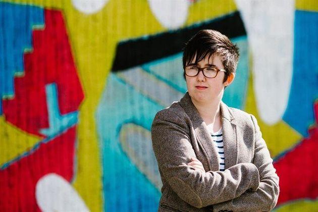 La periodista Lyra McKee posa a las puertas del Sunflower Bar en Belfast, en una imagen de