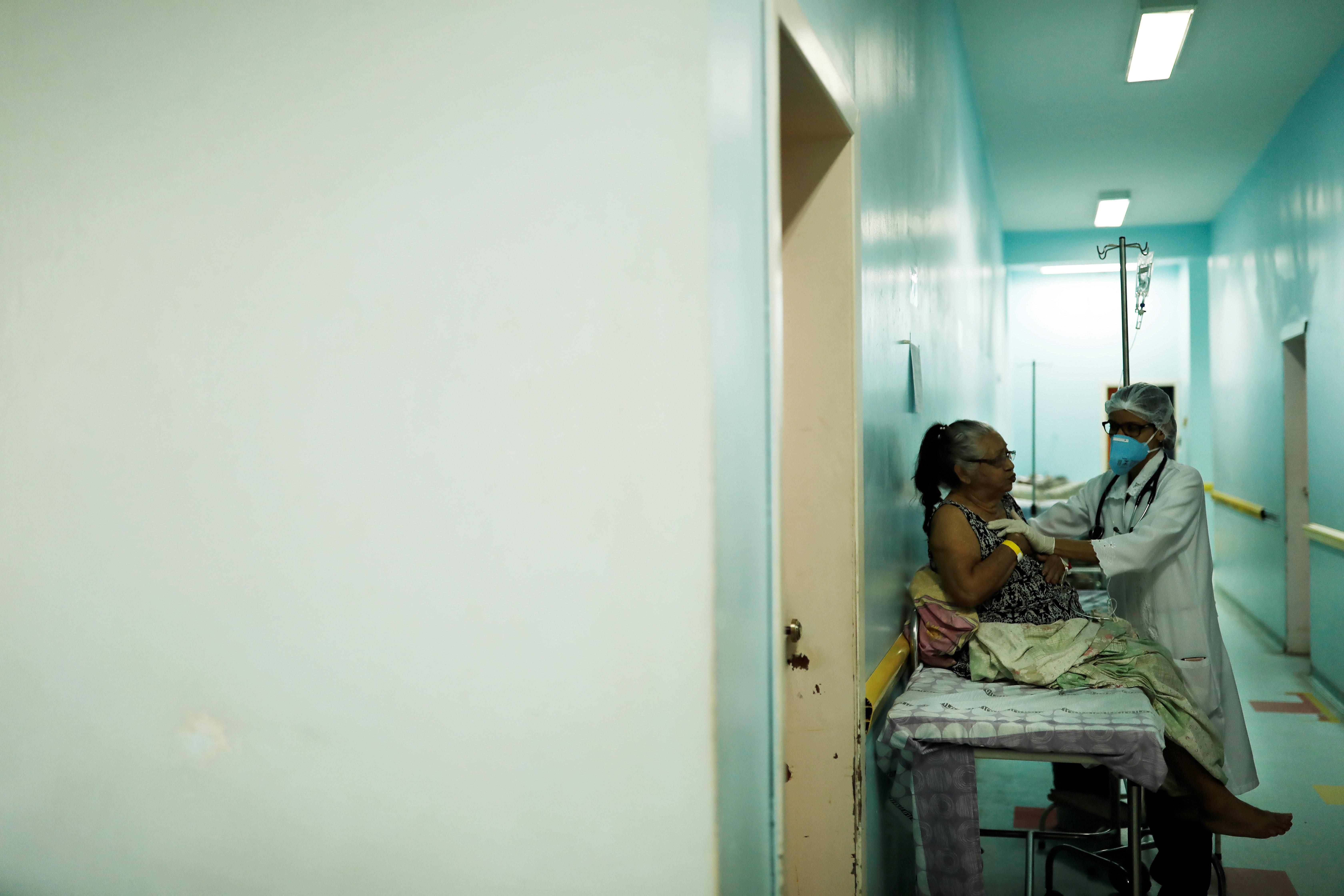 Brasileiros que persistem no Mais Médicos apostam em promessa de carreira de