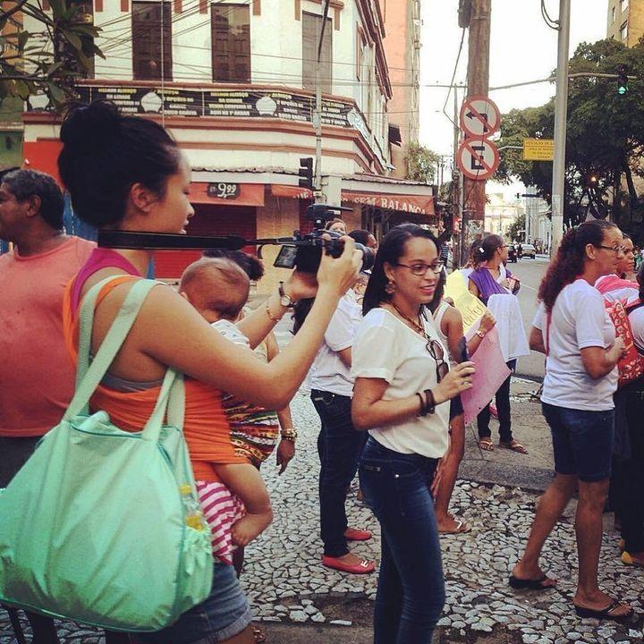 Katherine et son fils filment une manifestation de mères infectées par le virus Zika, en train de défiler avec leurs bébés nés avec une microcéphalie, à Recife, Brésil, en 2016.