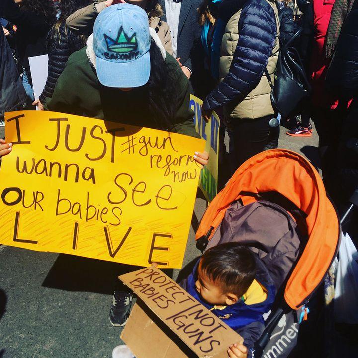 Katherine et son fils lors d'une marche contre la violence armée à New York en 2018.