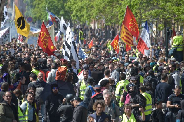 Des gilets jaunes manifestant à Toulouse lors de l'acte 22 le 13 avril