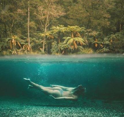 Μπελάδες για «influencer» του Instagram: Την κατηγορούν πως κολυμπούσε σε απαγορευμένο