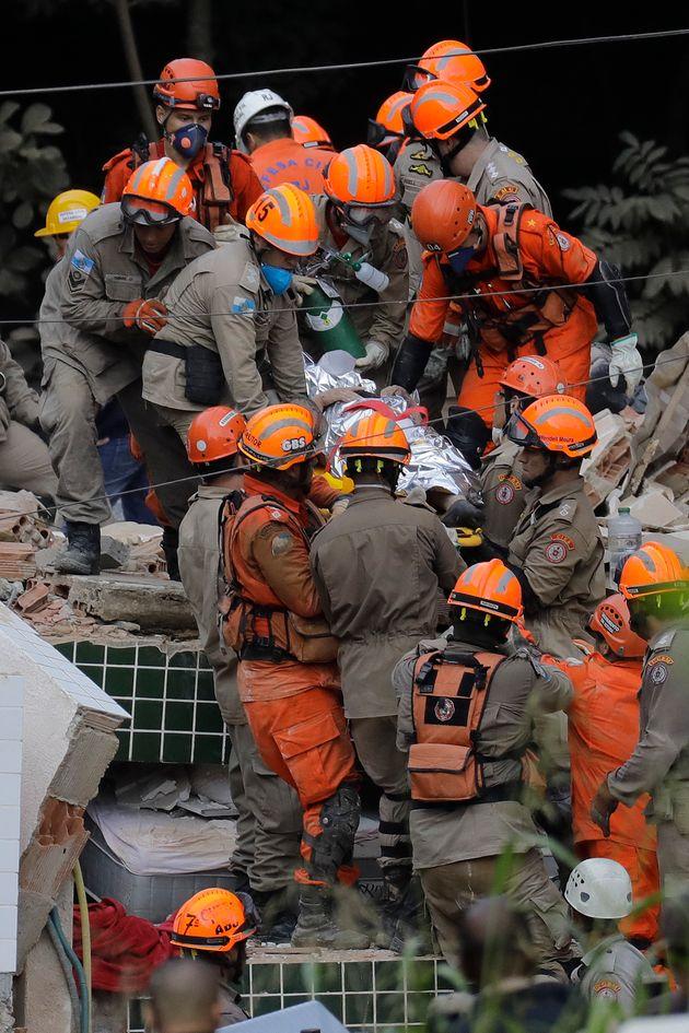 Bombeiros retiram sobreviventes dos escombros do prédio que desabou em