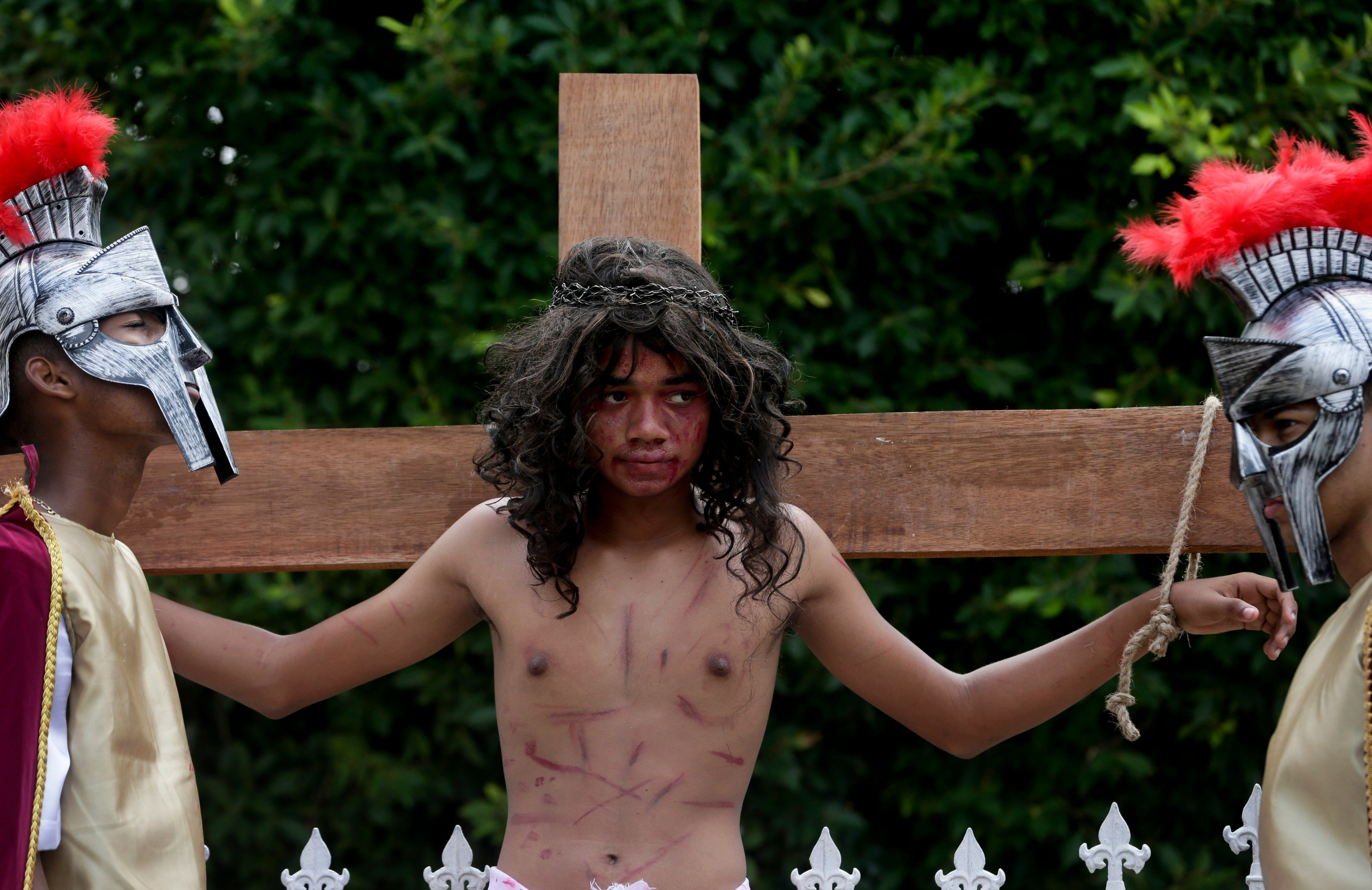 Fuentes reenacts the crucifixion in Panama City.