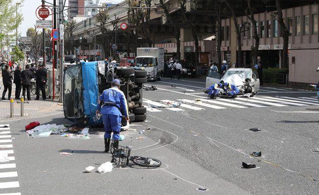 壊れた自転車などが散乱する、暴走した乗用車(右奥)が歩行者をはねた事故現場=4月19日午後、東京都豊島区