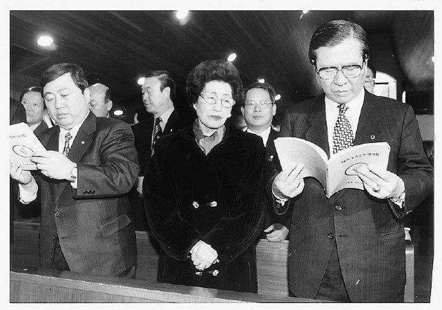 1997년 김대중은 네번째 도전인 15대 대통령 선거를 앞두고 대선자금 폭로, 북풍 등 시련에 맞서야 했다. 사진은 1월5일 72살 생일을 맞아 서울 서교동 성당에서 이희호·김홍일(앞줄 맨 왼쪽)과 미사를 올리고 있는 모습.