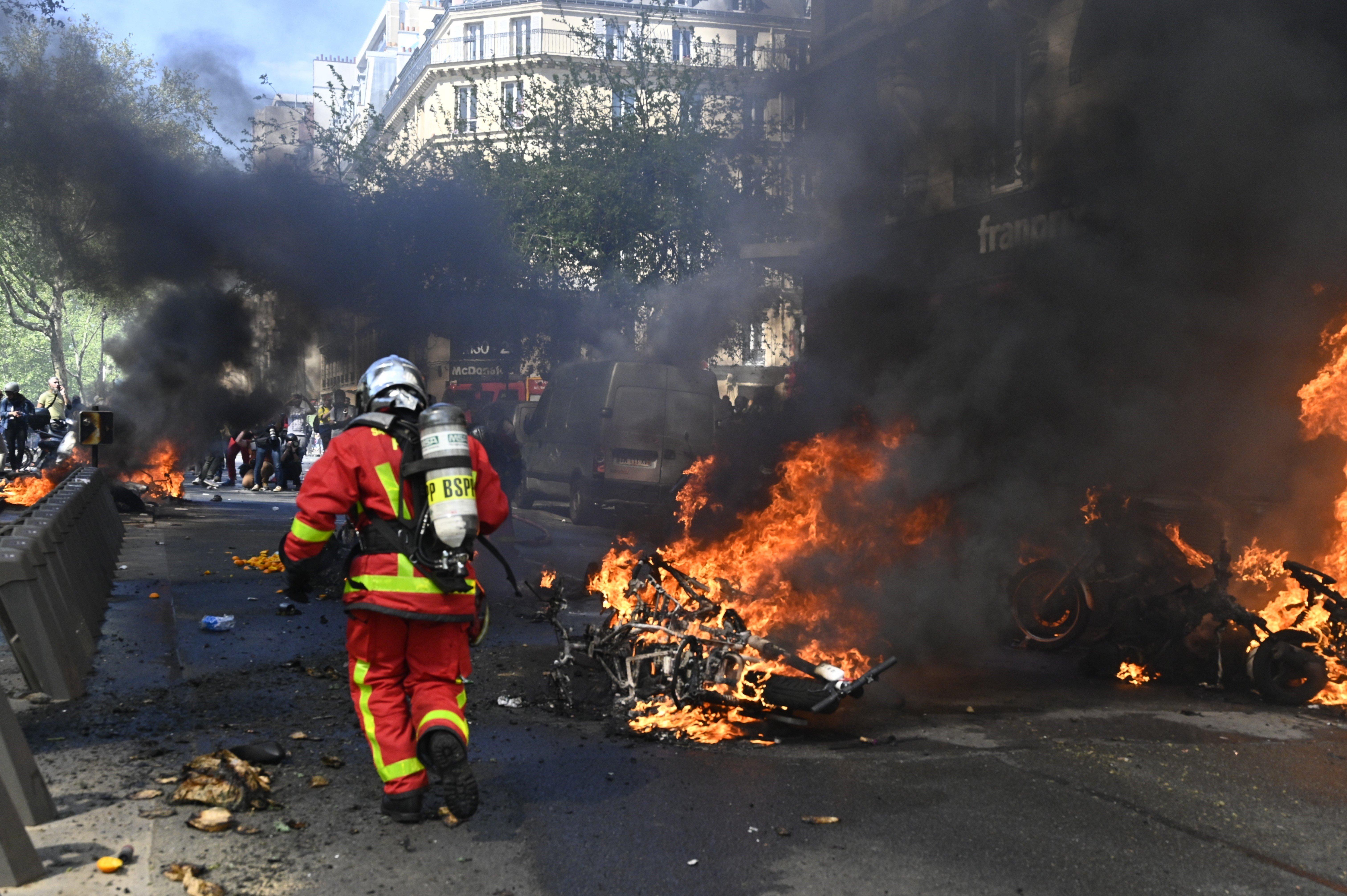 """Les incendies de l'acte XXIII indignent après Notre-Dame qui a """"éprouvé"""" les"""