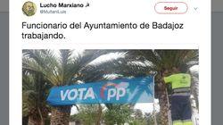 Polémica en Badajoz por la imagen de un empleado municipal colocando una pancarta del