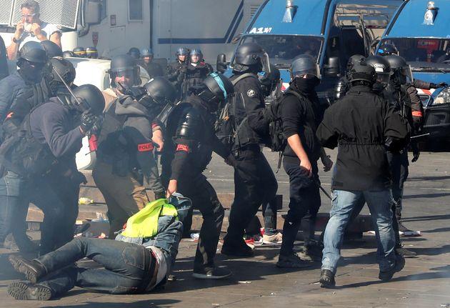 Βίαιες συγκρούσεις των αστυνομικών με τα «Κίτρινα Γιλέκα» στη