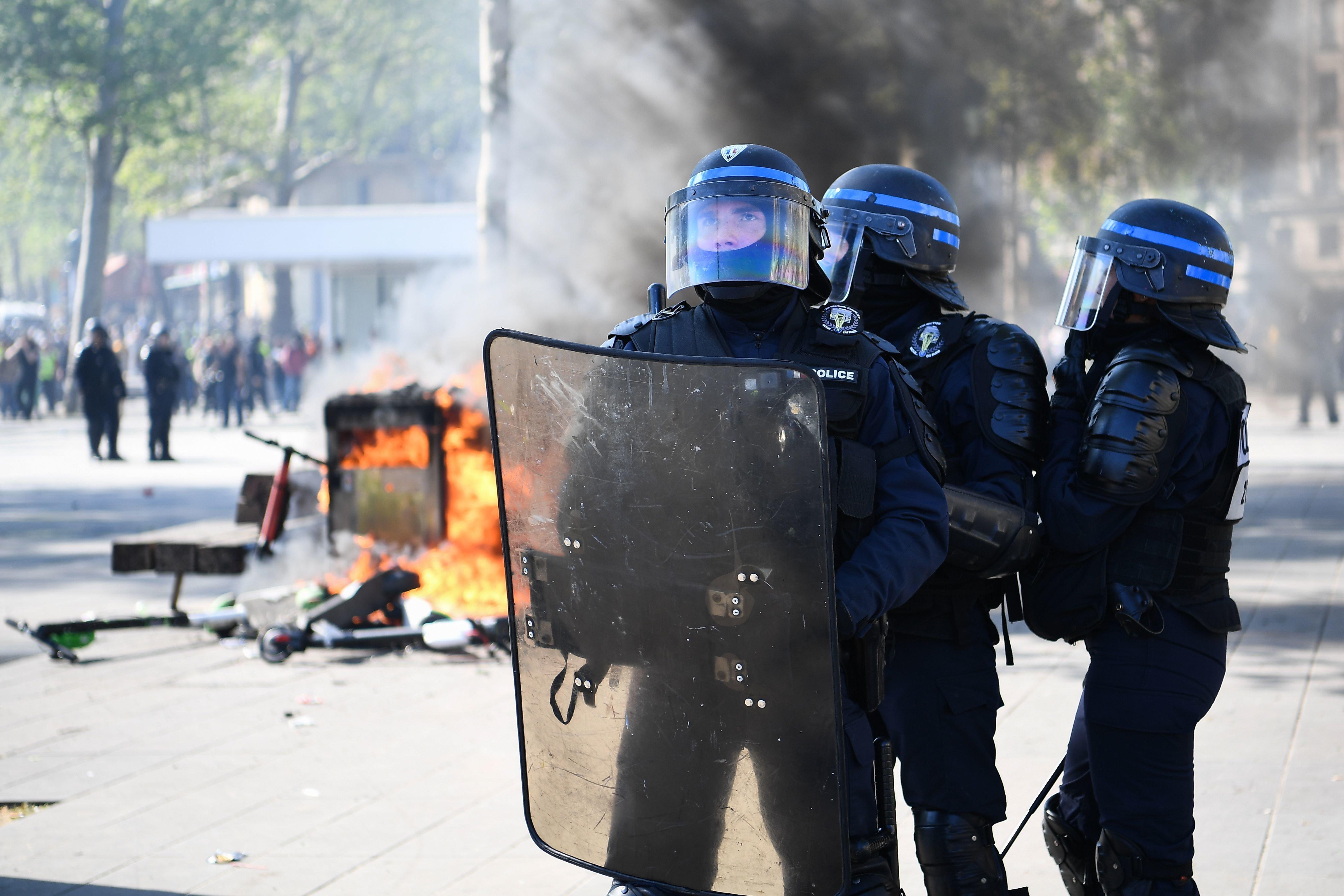 """Des gilets jaunes lancent """"Suicidez-vous"""" aux forces de l'ordre, des politiques"""