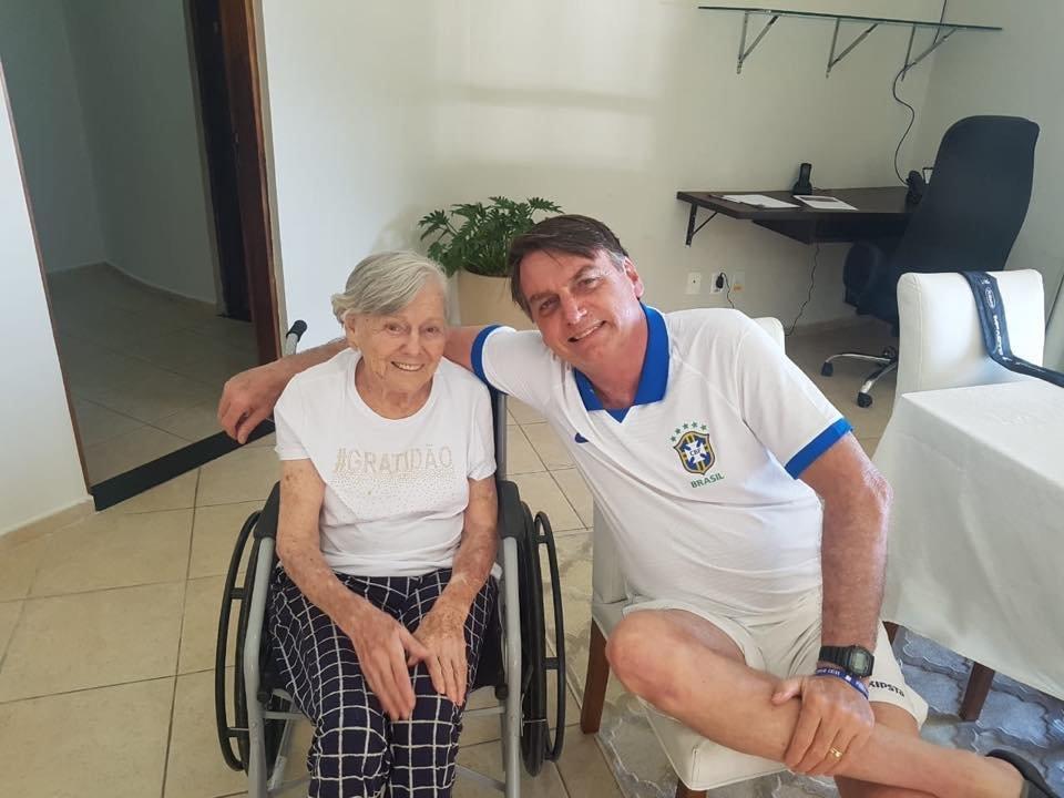 Bolsonaro passa Páscoa em hotel militar com praia privada que hospedou
