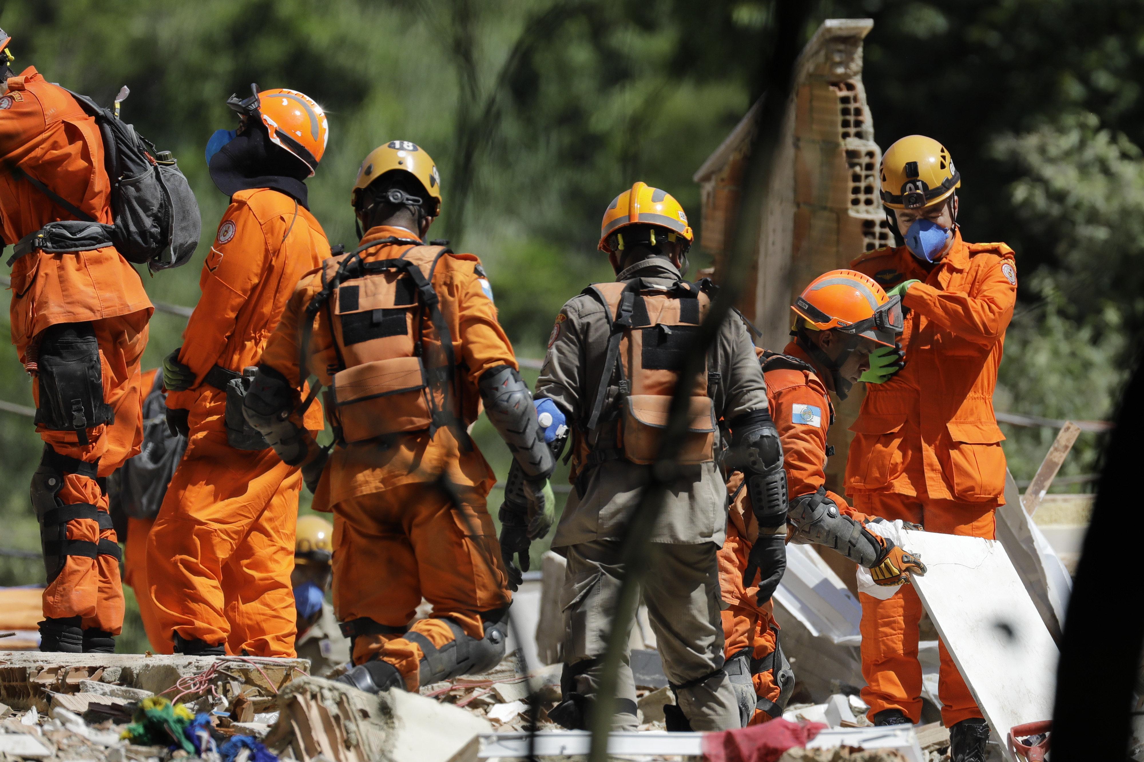 Bombeiros encontram corpos de 2 crianças nos escombros de prédios que desabaram no