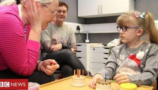 Κωφό κορίτσι μιλάει για πρώτη φορά μετά από πρωτοποριακή χειρουργική επέμβαση στον
