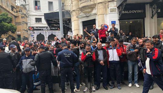 Des citoyens attendent Ouyahia devant le tribunal de Sidi
