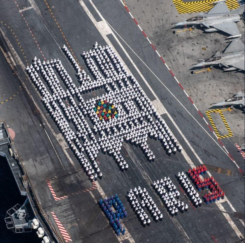L'hommage original de l'équipage du Charles-de-Gaulle à