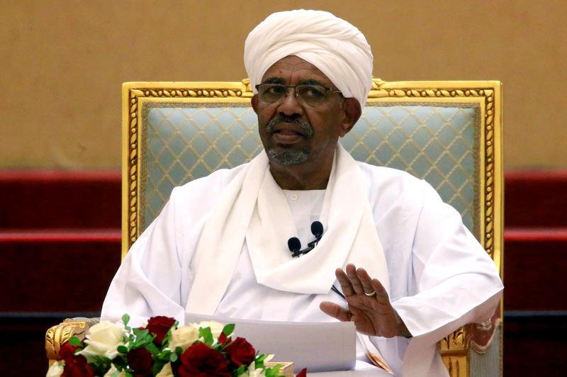 """Omar Al Bachir poursuivi pour blanchiment, la contestation veut le """"pouvoir aux"""
