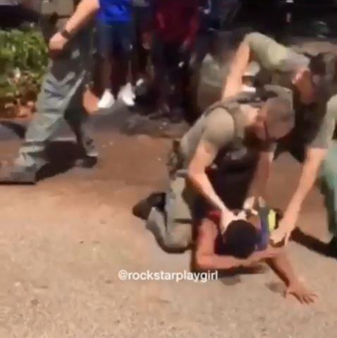 To βίντεο της ντροπής: Αστυνομικός χτυπά μαύρο μαθητή και τον ρίχνει στο έδαφος για να τον