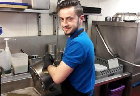Tο BBC αποθεώνει τον Βασίλη που πλένει πιάτα σε εστιατόριο με αστέρι Michelin στο