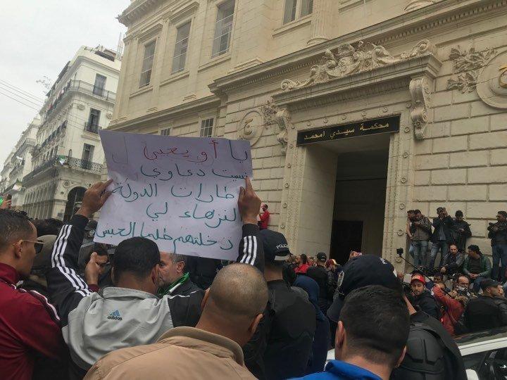 Devant le palais de Justice, les algériens ont attendu longtemps Ahmed