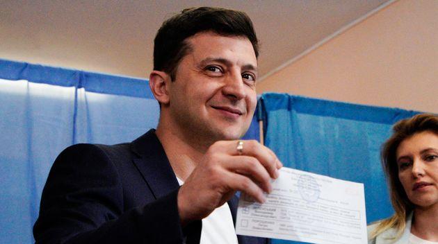 Volodymyr Zelensky a écopé d'une amende pour avoir montré le bulletin qu'il s'apprêtait...