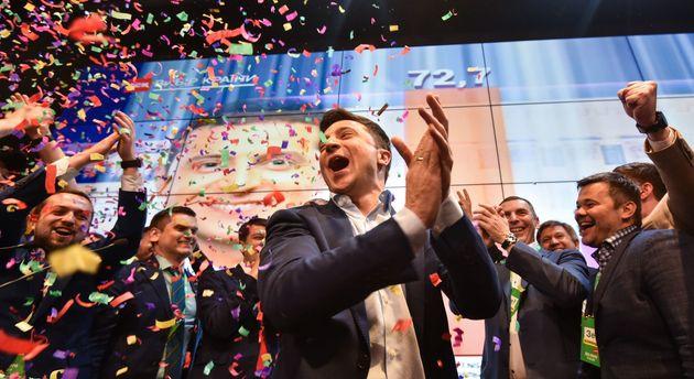 Les premières estimations préfigurent d'une victoire triomphante pour Volodymyr Zelensky,...